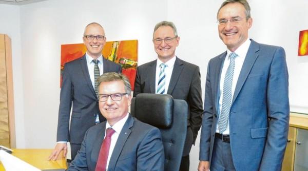 Der Vorstand der Raiffeisenbank (v.l.): Uwe Köhler, Otto Wengenmayer, Franz-Josef Mayer, Helmut Graf (Vors.) - (Foto: Peter Bauer)