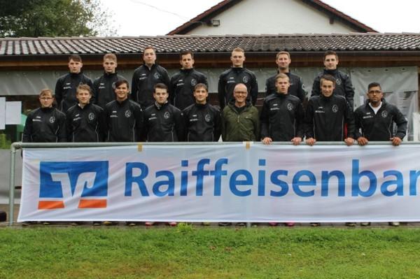 Im Rahmen der Saisoneröffnungsfeier der JFG Günztaler Kickers e.V. übergab Raiffeisenbank-Vorstand Uwe Köhler an alle Spiele neue Regenjacken.